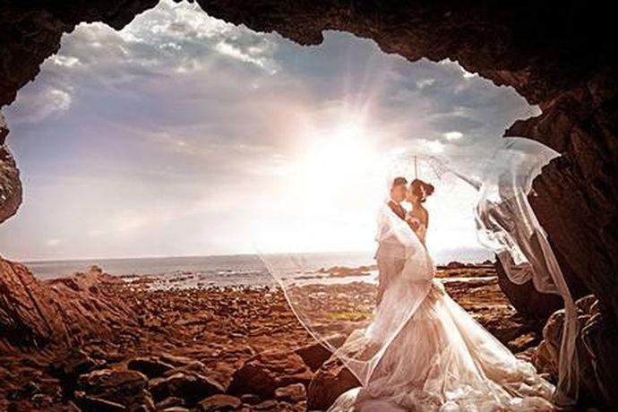 对于大多数朝九晚五的新人们来说,拍婚纱照除了要考虑价格外。还得考虑拍摄所需要花费的时间,毕竟不是每个人都能抽出三五天去拍婚纱照的。那么一般拍婚纱照需要几天呢?其实,拍婚纱照的时间主要是由拍摄地点和服装套数决定的。
