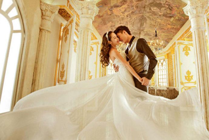 """""""大婚当天要穿几套衣服""""。而大多数礼服师给多数新娘的一个建议就是""""两纱一裙"""",即出门纱、主婚纱、敬酒服。那么,出门纱和主婚纱有什么区别吗?一起来了解一下"""