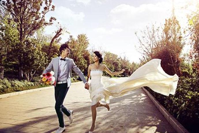 关于昆明婚纱摄影哪家好,每个人评判的角度是不同的,有些人觉得婚纱影楼的知名度最重要,有些人觉得婚纱影楼的婚纱礼服款式最重要,而有些人觉得价格实惠才是硬道理。那么究竟昆明婚纱照哪家好?