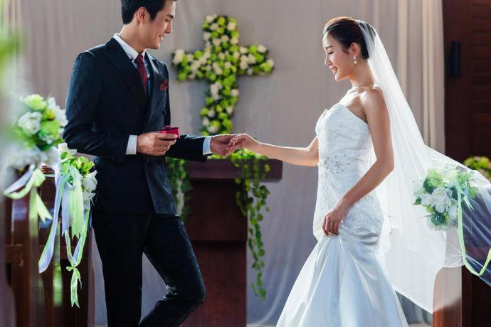 所有女孩都有公主梦。他们希望穿上漂亮的婚纱,嫁给他们心爱的王子,过上幸福快乐的生活。那么什么样的婚纱看起来更好更漂亮呢?下面我们来详细介绍一下:好看的婚纱照片大全,为您推荐9款漂亮的婚纱,希望您会喜欢。