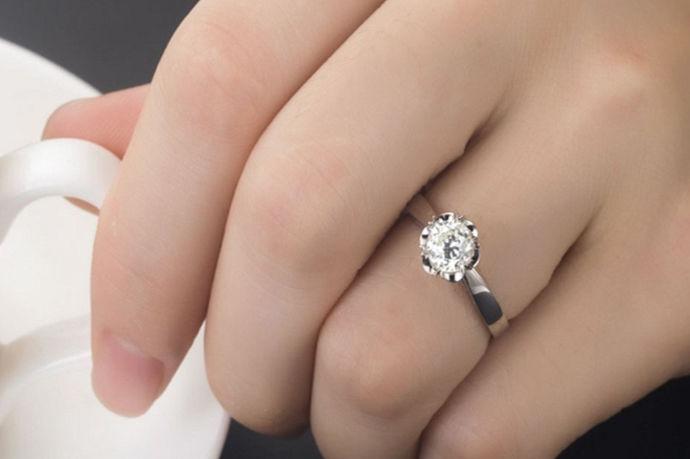 钻戒一克拉为0.2克,由于切割工艺和镶嵌方式不同,很多1克拉钻石看起来大小也不一样。以1克拉标准圆形钻石为例,它的直径是6.5mm,相当于一根普通中华铅笔的横截面大小。