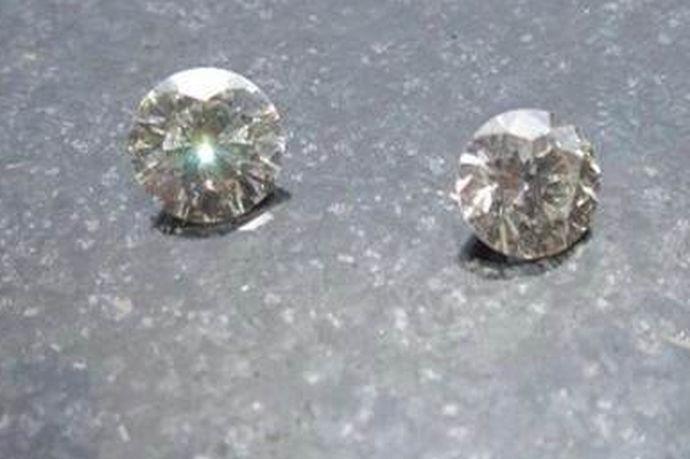 对于大多数不认识钻石的人来说,这个名字是陌生的。事实上,莫桑钻石是一颗人造钻石。与普通钻石不同的是,莫桑钻石可以通过一系列的加工合成。普通的钻石是来自大自然的礼物,然后经过一些切割可以呈现在我们的眼前。所以,莫桑钻石和钻石区别较大。