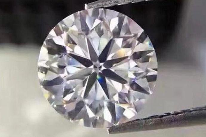 想到钻石,每个人眼前就会出面一副闪闪发光的图片,是那么的耀眼夺目,每个人都想拥有,这便是对钻石最好的诠释。现在的女性,特别是年轻的女性,特别忠爱钻石,这可能是一个女孩子的天性吧,天生就喜欢那种闪闪发光的东西,若是能得到一颗,心里便感到了满足。