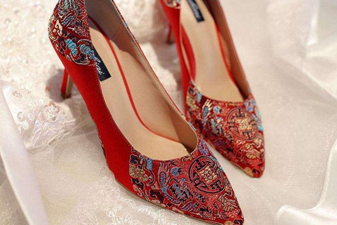 新人在选择新娘敬酒礼服的时候,不仅要符合喜庆的氛围感,还要考虑到新娘本身的气质和肤色等个人条件,一般会选择红色敬酒服,这样的颜色给人的感觉不会太跳,又会显得人端庄秀丽,还会显得新娘身材姣好,肤色匀称。而适合的鞋子会显得红色敬酒服更加美丽,那么红色敬酒服配什么鞋子?