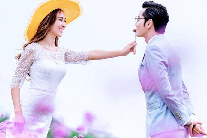 婚纱照承载着女孩太多的美丽梦想,然而,如今,婚纱摄影市场上各种婚纱摄影棚和摄影棚的水平参差不齐,有时假如遇到拍的婚纱照不合自己心意也是有可能发生的。如果咱们婚礼照片的效果不满意怎么办?如果一旦遇到对婚纱照拍出的效果不满意怎么办?我可以重拍吗?