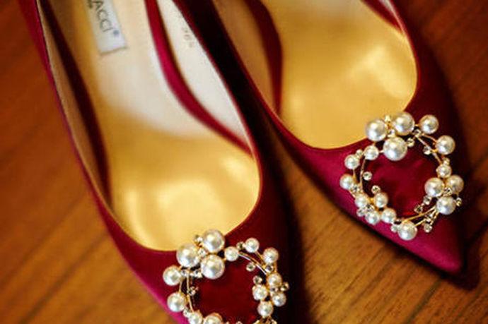 婚鞋一定要红色吗?我们追古装电视剧时,会看到在电视剧里面的婚礼现场上,无论是新郎还是新娘,他们都穿着红色的婚鞋,因为红色是喜庆的代表。这个习俗也传承到现在。在现代的大多数情况下,婚礼现场上新娘会穿红色婚鞋。但是随着时代的不断发展和东西方文化的不断交融,在婚礼现场,新娘也可以穿除了红色之外的颜色的婚鞋。因此,婚鞋不一定要红色。