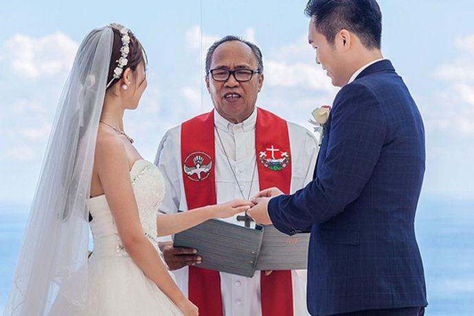 教堂的婚礼誓词是指在婚礼现场,牧师的言辞。结婚时,牧师的誓词都是在新郎、新娘婚礼仪式上的讲话。在婚礼上,深情的誓言定会给宾客留下深刻的影响,这些誓言见证我们心里的真诚。