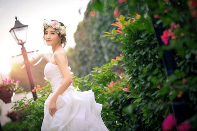 一套婚纱大概多少钱?许多人有这个问题,这个问题分为两部分含义:一个是租赁婚纱、一个是定制一套属于自己的婚纱,那么两个分别是多少钱呢?中国婚博会小编现在来告诉你!