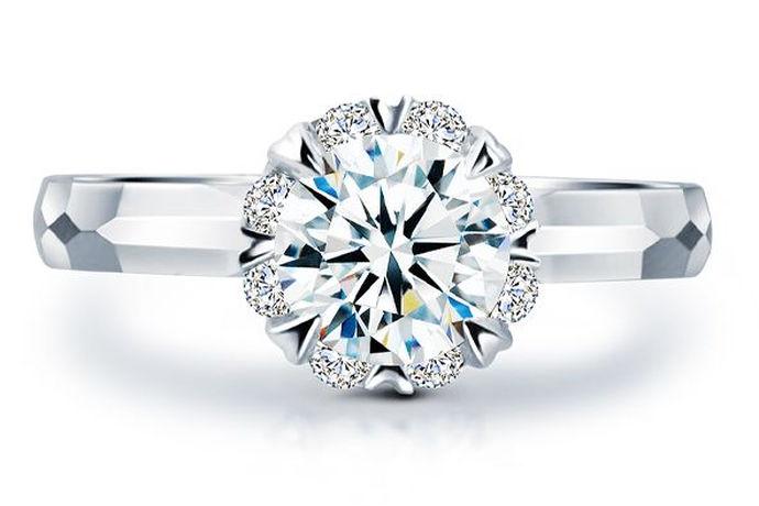 现在结婚都必须要有一枚钻戒,在父辈们的那个年代的人结婚要是能够购买一枚小小的黄金戒指就已经很不错了,有的甚至连黄金戒指都没有。而现在,要是结婚的时候没有钻石戒指是不行的。那么,50分的钻戒大概多少钱呢?