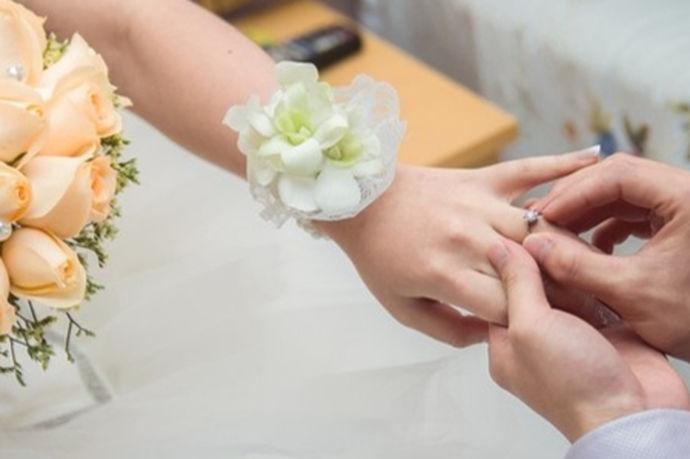 钻戒和对戒怎么戴主要和它们的用途有关,如果作为求婚戒指或订婚用,那么通常戴在女方的中指上;如果作为情侣对戒用,那么通常戴在男女二人的中指上;如果作为结婚戒指用,通常戴在男女二人的无名指上。