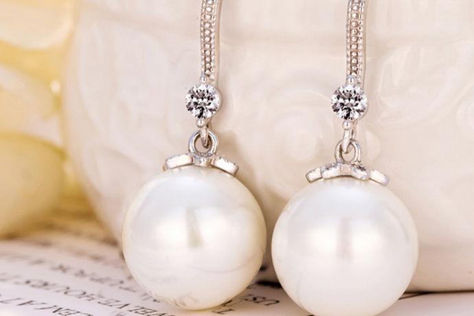 爱美的女孩子都会有很多饰品吧,各种各样的样式和花色还有款式层出不穷,对于饰品来说可能永远不会嫌多。与黄金、白银、钻石齐名的那就是珍珠了,珍珠是当外界的细小异物进入到珍珠蚌体内,接触到蚌的外套膜时,外套膜受到刺激,便分泌珍珠质层层包裹异物,这便形成了珍珠,因为制作过程的确是有一些残忍,珍珠的确也是很珍贵的东西,所以,为了削减成本,市场上也有很多人造的珍珠,但是珍珠确实很漂亮,洁白透亮,拥有一种特殊的