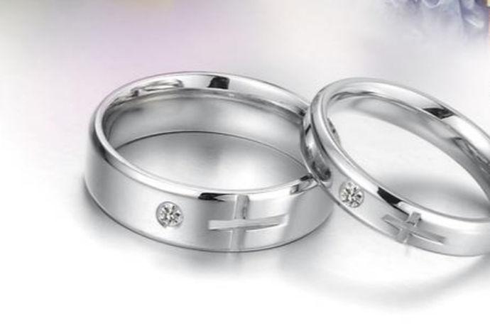情侣戒指是爱情的见证。戒指并不是只有女生才可以戴,男生也喜欢带戒指。用来传达自己的情感,指间的戒指代表了一生一世的承诺。情侣共同戴上一对他们认为最有意义的戒指,传达出一种爱情的幸福和快乐,情侣戒指承载了情侣之间美好的回忆。那么什么牌子的情侣戒指好呢?