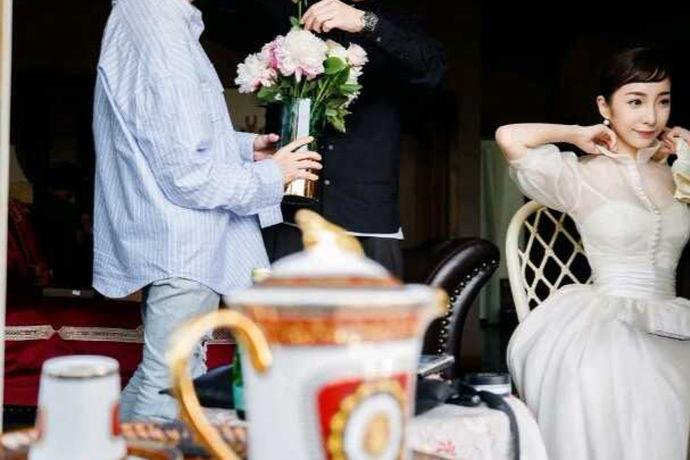 按照传统习俗,本命年犯太岁,太岁当头坐,无喜必有祸。因此,很多人在今年都很小心,避免了一些大的喜事,消除了自己的灾难,等到明年运气顺利时,才举行自己的婚姻。因为现在人们结婚比较晚,所以会有一个问题,原来的人是否可以结婚。因为人们结婚的时间比较晚,所以会有一个问题,由于现在的人结婚都是相对比较迟,所以就会出现本命人能不能结婚这个问题.在我们爷爷这辈他们对本命年是结婚是有些不同的说法的.