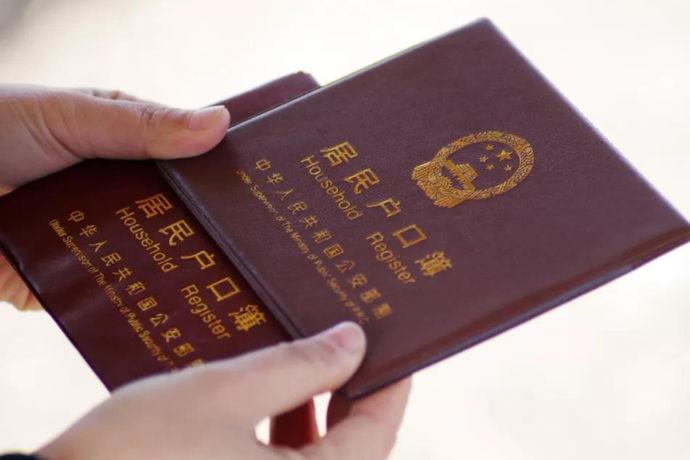 """中国建国后,结婚证已变成为体积小巧的结婚证。1950年的结婚证只有两个巴掌大小的薄纸片,而上面除每对新人的姓名、年龄、籍贯,以及证婚人的签名外,没有添加任何图案。封面上有这样一段话:""""我俩本中华人民共和国婚姻法之精神,自愿结为夫妻,平等相待,互爱互敬,互相帮助,互相扶养,和睦团结,劳动生产,抚育子女,为家庭幸福和新社会建设而共同奋斗。 """""""