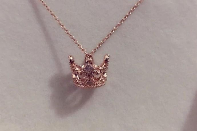"""珠宝的定义很广看,可分为狭义和广义,狭义的珠宝单指玉石原料,广义的珠宝的有很多了,比如金、银和一些天然原材料制作而成的,所制成的首饰有一定的价值,或是工艺品,可以被人收藏的通常称为珠宝。因为在古时候有""""金银珠宝""""之称,就区分出了金银和珠宝。随着社会和经济的变化,除去天然宝石和人工宝石外,我们不在局限于上述提到的珠宝的概念,现在这个概念已经进行延伸扩大,金、银、首饰等都可以成为珠宝"""