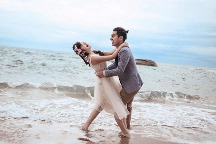 现在拍婚纱照已经成为年轻夫妇的必修课。然而,拍摄婚纱照不仅需要一个好的婚纱摄影公司,还需要新人自己的表现。那么如何拍好结婚照呢?以下是如何拍摄婚纱照和拍婚纱照的注意事项。