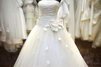 新娘的婚纱应该谁买 别人能试吗