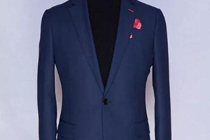 新人婚礼时人生中的重要时刻,婚礼时要穿的礼服是不可或缺的,那么礼服该怎样穿,今天就来说一下新郎穿什么颜色西服才能展现出最完美的自己!