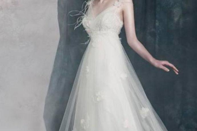 婚纱是每个女生最梦寐以求,魂牵梦绕的服饰,它象征爱情,见证了爱情的永恒。一个女生一生中最美的时候就是穿上婚纱的时刻。婚纱颜色代表的意义洁白的婚纱象征着纯洁和对爱情的忠诚,给人神圣、庄严的感觉。当穿上婚纱,走入庄严的教堂,把自己的手交给心爱的他,相信是每个女孩子人生中最幸福的时刻。