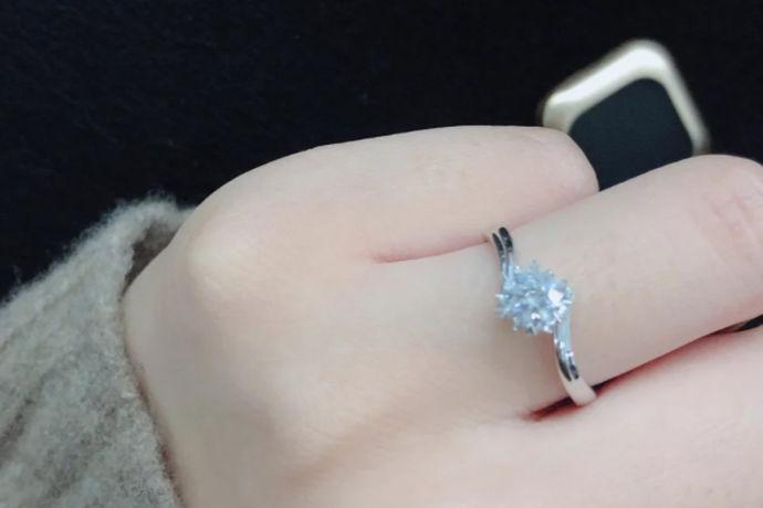 人们都喜欢用一些象征性、表示性的行为来表达自己的内心世界。戒指作为一种广为大众所喜爱的首饰,更是备受女性消费者的青睐。而现代人戴戒指的方法可以算作是一门学问,很有讲究。那么女士在购买到自己心仪的戒指时,应该戴在哪只手上呢?