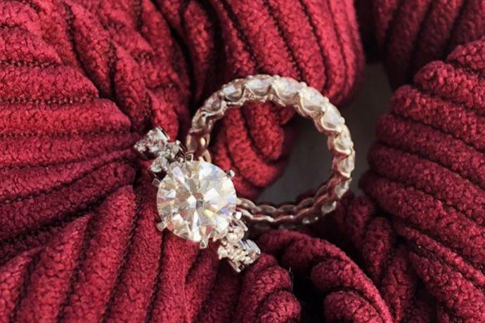 每一对踏入婚姻殿堂的新人,都渴望自己在那个时候可以拥有一个漂亮的戒指。而钻戒是没对新人的首选,钻石折射出的亮光,使得他们看起来光彩夺目;而且钻石作为大自然最为坚硬的材质,暗喻新人的婚姻关系也是最为坚硬的。