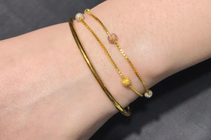 如今,珠宝材料种类繁多,手链的款式也非常多。在日常生活中,可以根据手链的材质、款式、物品数量等来判断手链的含义。这些意思是不一样的。有时我们看到有些人只戴手链。很多单身女孩喜欢戴手链。这是一见钟情。如果你正在谈恋爱,戴一个手链是你男朋友的一个心的标志,两个手链,表示在恋爱。