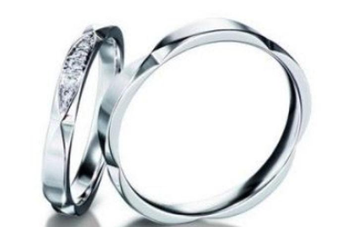 1、颜色:18k白金戒指颜色很白,白金戒指颜色为白色带点灰。2、印记:18k白金戒指印记为18K、G750、AU750等,白金戒指印记为PT990、PT950、PT900等。3、硬度:18k白金戒指的硬度要比白金戒指高。