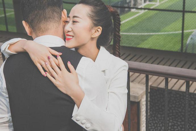 随着数字技术和水平的提高,户外婚纱摄影已成为当今婚纱摄影的流行趋势,受到新婚夫妇的青睐。上海几乎所有的婚纱摄影棚和摄影棚都引入了户外婚纱摄影的主题。对于户外婚纱摄影的定义、注意事项、摄影作品的风格等,新人们需要有一个初步的了解和理解,才能拍摄出美丽浪漫的户外婚纱摄影。上海拍婚纱照外景哪里好?婚纱摄影需要注意什么?上海哪个婚纱摄影工作室的户外婚纱摄影更好吗?这篇文章会为你解密。