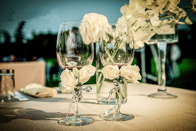 结婚少不了婚宴,而婚宴上,婚宴酒又是必不可少。那么现代婚宴通常使用哪种酒呢?适合婚宴的酒水类又要哪些呢?小面我们和小编一起去了解吧,中国自古就有无酒不成席的说法,天地喜庆的婚宴对酒的提振更是不可或缺。现代婚宴通常使用哪种酒?如何选择?让我们看一下小编下面的介绍。