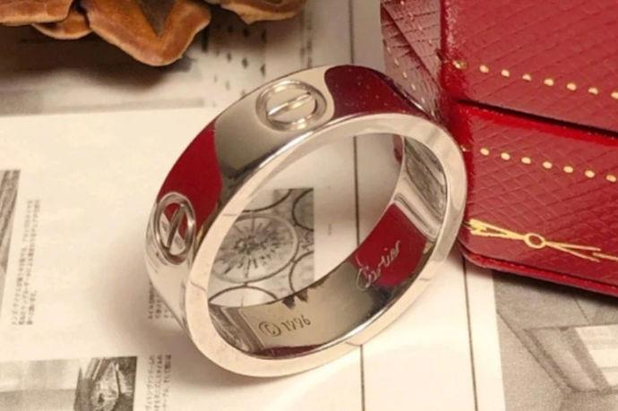 目前主流的戒指尺寸中只有国内内地戒指尺寸标准和港版戒指尺寸标准中有18号戒指。在内地版戒指尺寸标准中,戒指18号对应的戒指周长为58mm,直径为18.5mm,为男性戒指尺码。在港版戒指尺寸标准中,戒指18号对应的戒指周长为59mm,直径为18.8mm,为男性戒指尺码。