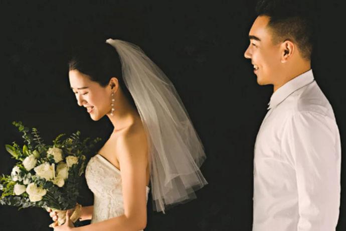 在现代社会,有一种婚姻被别人称为裸婚。那么什么是裸婚?其实裸婚就是结婚的时候没有钻戒,没有车子,没有房子,甚至没有举办婚礼。两个人只是简简单单的领了一张结婚证,这种朴素的婚姻就是裸婚。