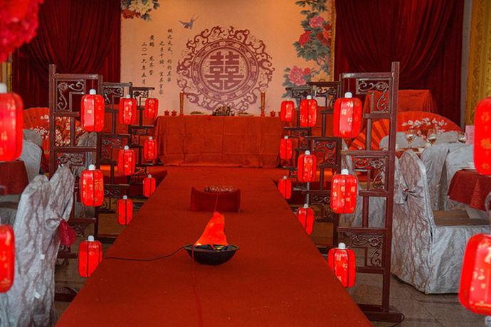 中国婚礼以其中式美、高档、尊贵、浪漫,不亚于任何一种婚礼,包括西式婚礼、日式婚礼、韩式婚礼等,因此越来越多的年轻人选择汉式婚礼。那么一场汉式婚礼要多少钱?让中国婚博会小编带大家去了解了解