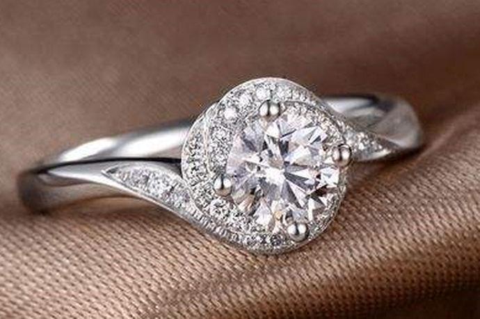 一枚独特的钻石戒指代表着爱情的浪漫和永恒,因此对于新人来说,钻石戒指尤为重要。现在,18K金和铂金钻戒很流行,那么18K钻戒还是白金钻戒谁更好呢?下面中国婚博会小编来带大家一起来看看相关的信息。