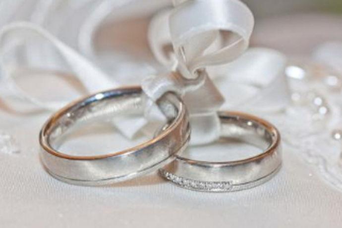 在结婚中作为定情信物的肯定就是戒指了,但是当今市场戒指那么多,我们如何进行选择呢?一般的戒指都不好选择,更何况是结婚钻戒呢?今天我们就来说一下结婚钻戒怎样选购?