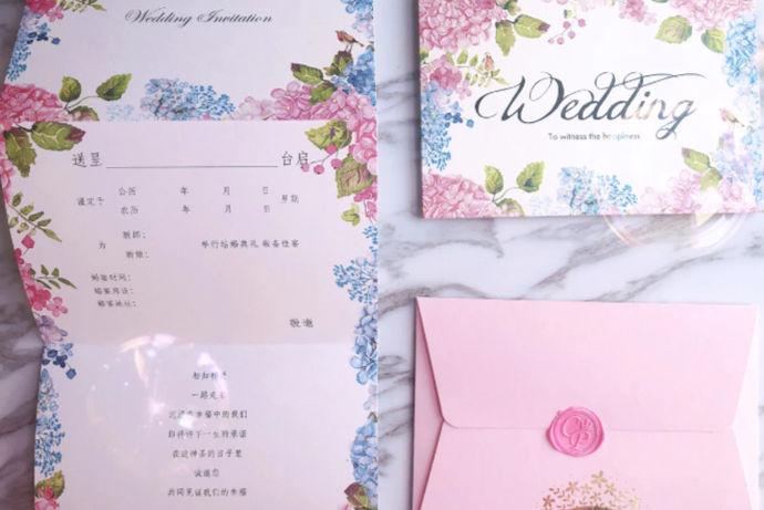 结婚请柬不仅是一种礼貌的婚礼习俗,也是所有亲戚朋友的好消息。婚礼是一种神圣而正式的仪式,因此婚礼邀请函自然需要正式,特别是邀请函的书写格式需要特别注意。只有标准的邀请函才能显示新婚夫妇的诚意。接下来,编辑将向您介绍婚礼请帖怎么写范文!