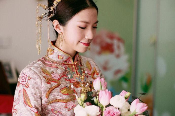 结婚可是大事,仪式复杂庄重。一般来说新娘都需要准备好几套衣服来应付不同的场合。新郎的限制会少一些,不讲究,的就一套西装也是可行,以衬托新娘为主。