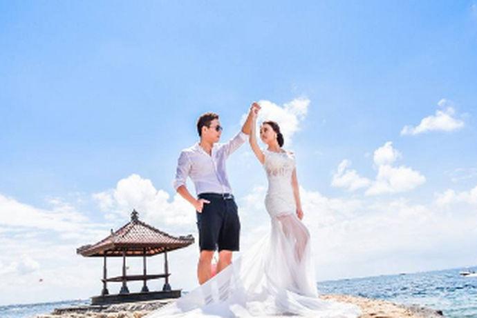 海外婚礼是准新人到居住地以外的国家举行婚礼仪式,避免了繁琐的婚礼准备,又开阔了异域视野。去国外办一场极具异国情调的海外婚礼,正成为许多年轻新人追求的新时尚,也成为出境旅游的一个新卖点。集婚纱摄影、婚礼、蜜月于一体的海外婚礼旅游,开始受到年轻人的热捧。