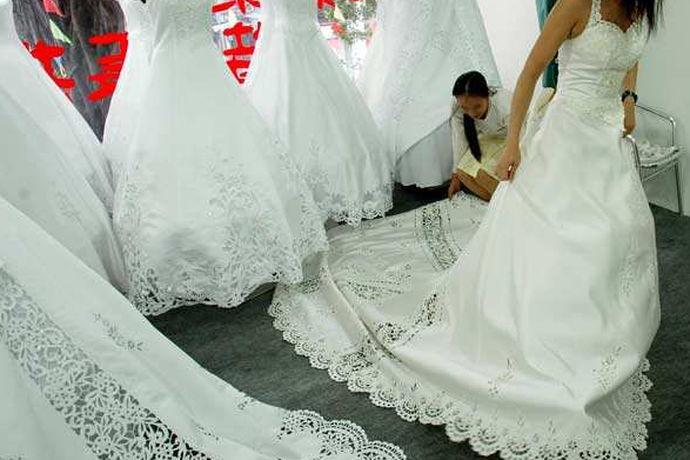 准新娘在结婚那天都会穿上美美的婚纱走进幸福的殿堂,婚纱是新人结婚必须有的,无论是租来的还是买来的,对于这么珍贵的婚纱,新娘应该都特别爱惜。那么如果意外让婚纱脏了该怎么办呢?今天就让小编就教你婚纱怎么清洗吧!
