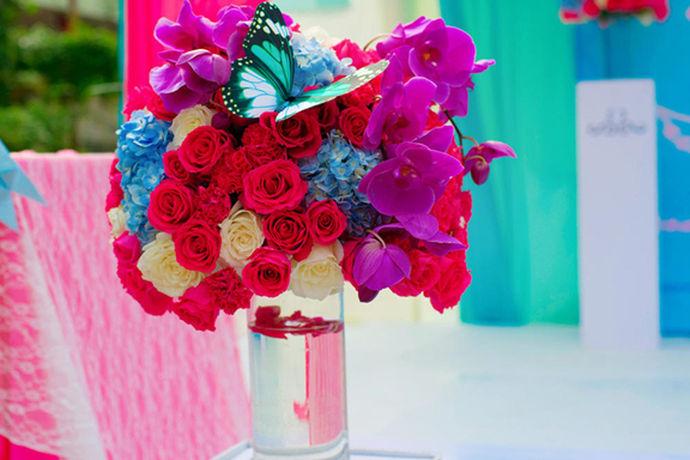 婚礼是人一生中最重要的时刻之一,一个盛大的婚礼会让人印象深刻,铭记终生。除了婚礼现场的布置,新娘新郎作为婚礼当天的主角,盛装出席自然是必不可少。一般来说在婚礼的不同流程中新娘新郎穿着的衣服也有所不同。那么新娘新郎婚礼当天穿几套衣服?今天小编带着大家一起来看一看