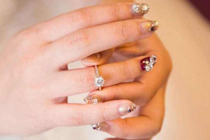 结婚是女人们一生中最幸福的时刻,当一枚结婚戒指由心爱之人握起你的手,戴入指间是幸福的开始。当然对于结婚戒指,我们也要选择更好的更有意义的,这样才能让婚礼才更加的弥足珍贵。除此之外,圆满美好的婚礼还应该注意结婚戒指的佩戴,那么结婚戒指怎么戴?女孩子结婚戒指戴哪只手呢?