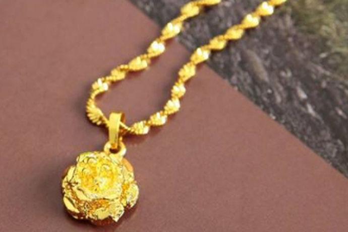 现代社会经济飞速发展。每逢到节假日购买黄金首饰的人们都络绎不绝。原因是黄金首饰不仅耐看更是耐放,可以用作传家宝代代相传。那么黄金首饰哪家好?