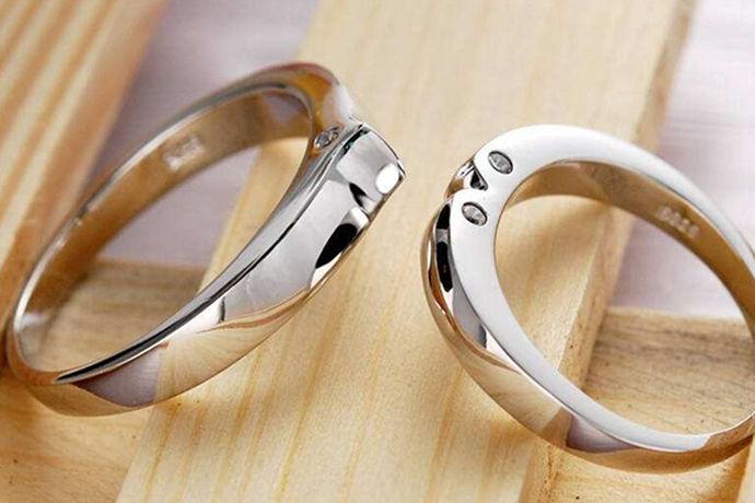 当我们购买珠宝时,我们经常会遇到很多白金首饰,如戒指、项链、手镯等等。白金也经常被提到。白金和铂金一样,是一种白色的贵金属。人们认为很多人称铂金为白金,但这并不意味着铂金就是白金,那么铂金和白金的区别是什么呢?