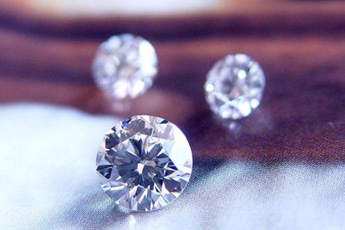 评价一颗钻石的价格要看它的4c,就是钻石的重量,切工,颜色,净度。这四点决定着一颗钻石的好坏,同时也决定了它的价格,所以钻石的4c十分重要,钻石4c怎么向客人讲解也成了关键一步。