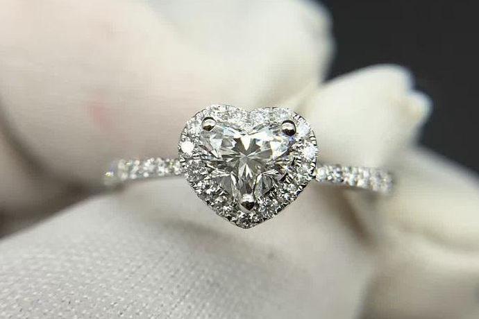 为求婚、订婚或结婚准备钻戒的人可能购买一样款式的钻戒,但通常情况下,他们不可能购买同样尺寸大小的钻戒,这是因为每个人手指骨骼的大小一般是不一样的。很多人在购买钻戒时常常会选购50分的钻戒,因为不管人们手指尺寸大小有多大的差异,不管是平时佩戴钻戒还是把钻戒作为结婚钻戒,50分钻戒刚好能满足不同人的需要,50分的钻戒不仅有完美的款式,而且自带高端的魅力。那么,钻戒五十分多大呢?