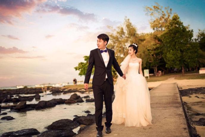 新娘应该穿婚纱。在婚礼上,新娘将穿着雪白的拖地婚纱。这将是非常有气质的。新娘可以选择适合自己的婚纱,如立领的、胸带和吊带。确定婚纱后,新娘还可以搭配相应的手捧鲜花。