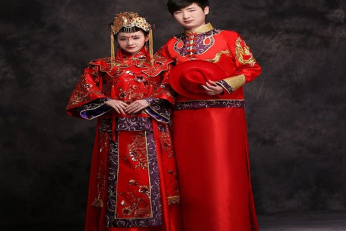 中国的文化底蕴是非常深厚的,中式婚礼礼服可以叫汉服、唐装、龙凤褂、秀禾服、凤冠霞帔。