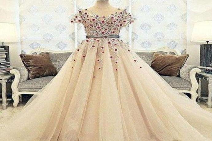 穿婚纱是很多女孩的梦想,现在很多新娘都想拥有自己的婚纱,这样她们穿起来既有仪式感,也能在婚礼后珍惜它。在市场上,定制婚纱的价格是不确定的。