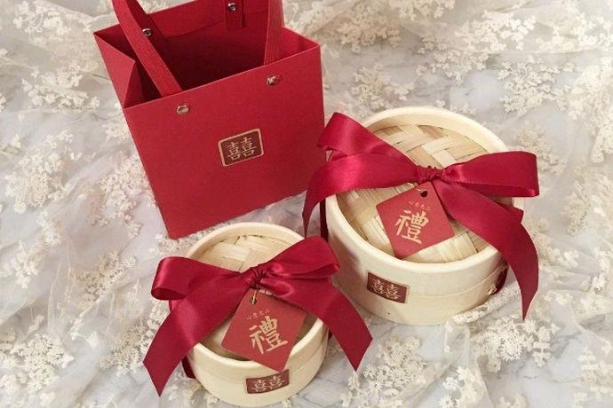 结婚伴手礼物是婚礼结束后送给客人的小礼物。伴礼是新人的一种小礼物,以表达他们对客人到来的感激和祝福。准备这份礼物可以显示出新人们对客人的重视程度。那么婚礼伴手礼有哪些创意呢?