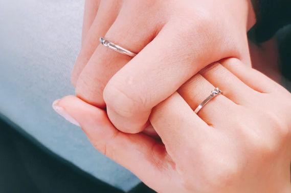 女孩子右手中指戴戒指代表什么