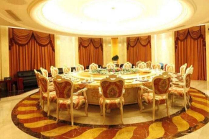 婚宴是为了庆祝结婚而举办的宴会,在中国婚宴习俗上称为喜酒,在西方婚宴一般是在结婚典礼结束之后举行,中的婚礼,婚宴通常是在男方家举行,随着时代的变迁,人们越来越忙碌起来,很多婚宴开始在酒楼举行。